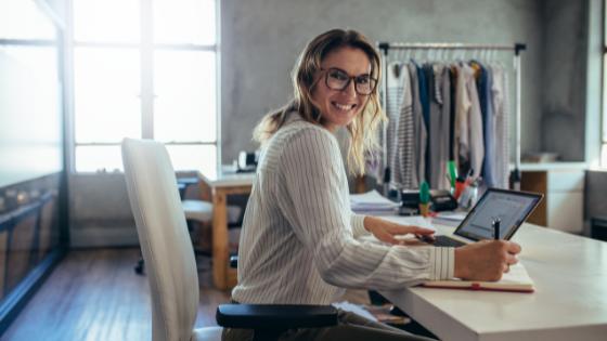 mujer con ordenador calculando la nueva normativa del IVA para ecommerce 2021
